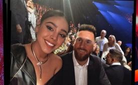 Danna Paola presume selfie con Leo Messi ¡Una foto muy Élite!