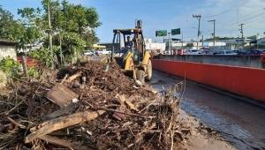 Lodazal, basura y calles cerradas, parte de los estragos por las lluvias de ayer